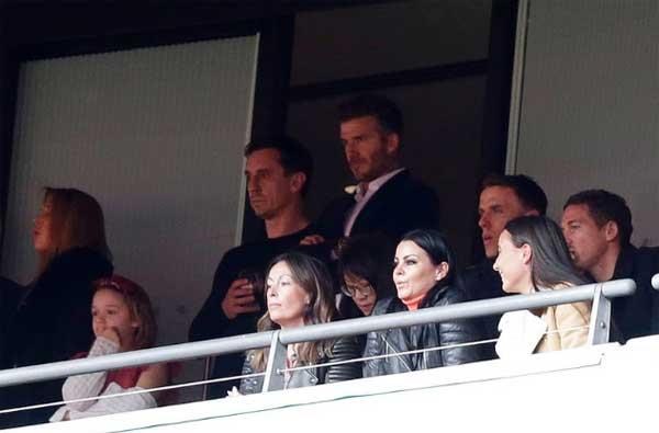 David Backham dan Gary Neville menyaksikan pertandingan