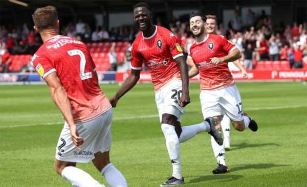 Pemain Salford City merayakan gol