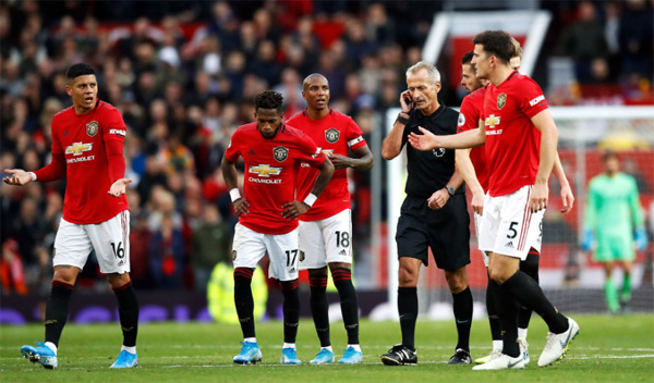 Pemain Manchester United memprotes-wasit