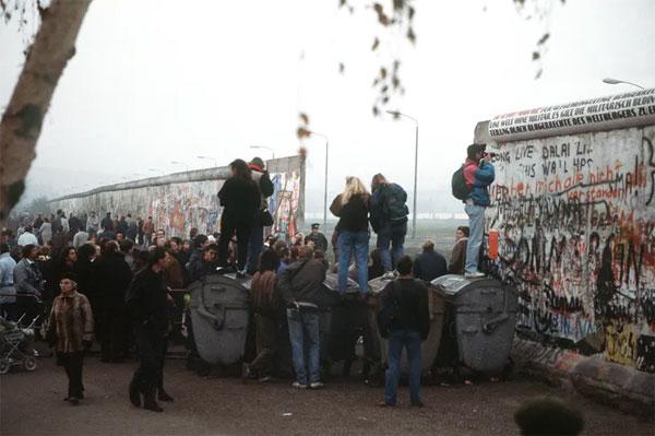 Tembok Berlin dirobohkan