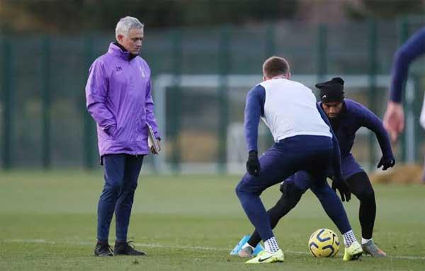 Mourinho dalam sesi latihan Spurs