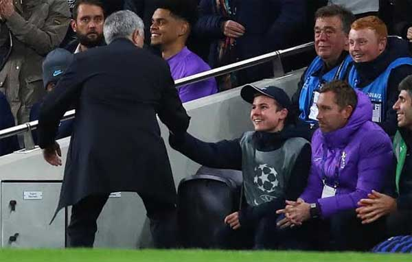 Aksi Mourinho ketika mendatangi seorang ball boy
