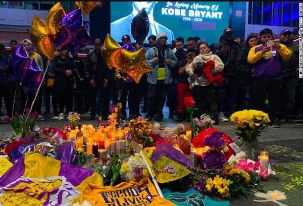 Penggemar Kobe Bryant kumpul di Staples Arena