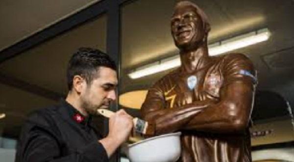Patung Berbahan Coklat Menyerupai Ronaldo