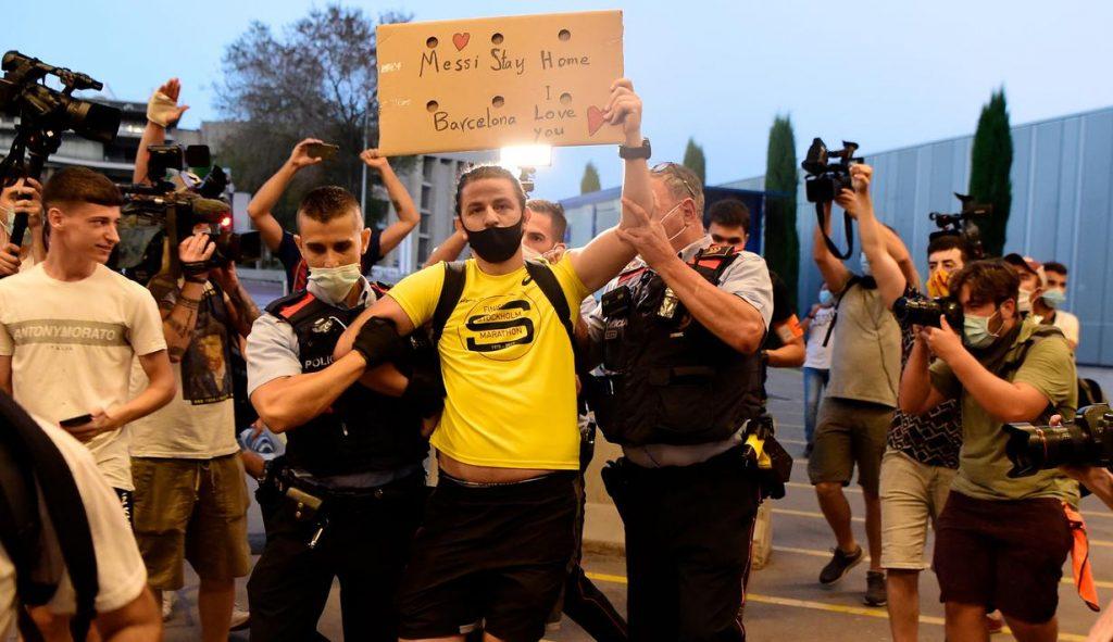 fans Ingin lionel messi tetap di Barcelona