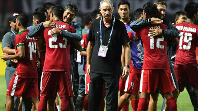 Alfred Riedl bersama timnas Indonesia