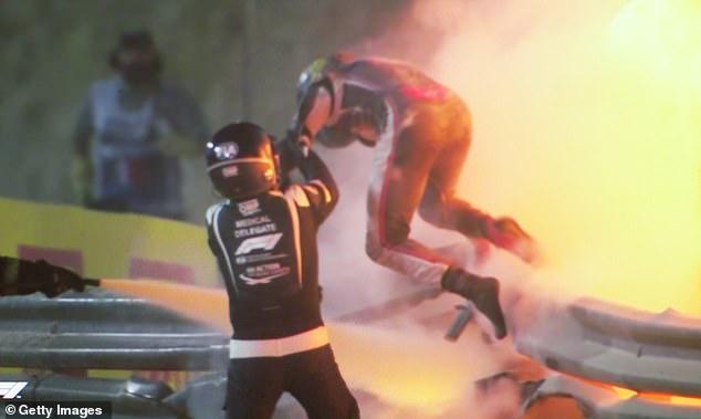 Romain Grosjean saat diselamatkan